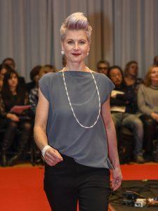 Model Nicole mit Ohrringen, Strickkette Twist und Armband Mixx